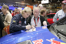 Volkswagen Motorsport: Jutta Kleinschmidt signs autographs at Essen Motor Show