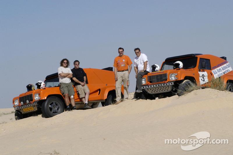 Equipe Dakar Sport: Bob Ten Harkel, Herman Vaanholt, Rick Aarts et Roland Rypma posent avec la Team Dakar Sport Bowler