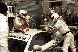 Pitstop for #43 Team BMW Motorsport McLaren F1 GTR BMW: Peter Kox, Roberto Ravaglia, Éric Hélary