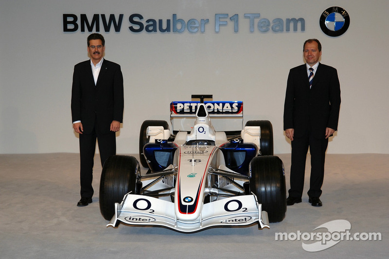Маріо Тайссен (директор BMW Motorsport), Віллі Рампф (технічний директор) і BMW Sauber F1.06