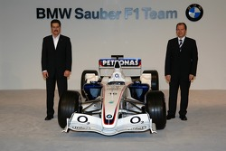 Dr Mario Theissen (BMW Motorsport Director) with Willy Rampf (Technical Director Chassis) and the BMW Sauber F1.06