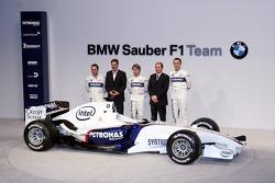 Jacques Villeneuve, Mario Theissen, Nick Heidfeld, Willy Rampf and Robert Kubica with the BMW Sauber F1.06