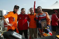 Marc Coma et Luc Alphand dans leur machine à Lac Rose: Marc Coma, Dominique Serieys, Jordi Arilla et Luc Alphand