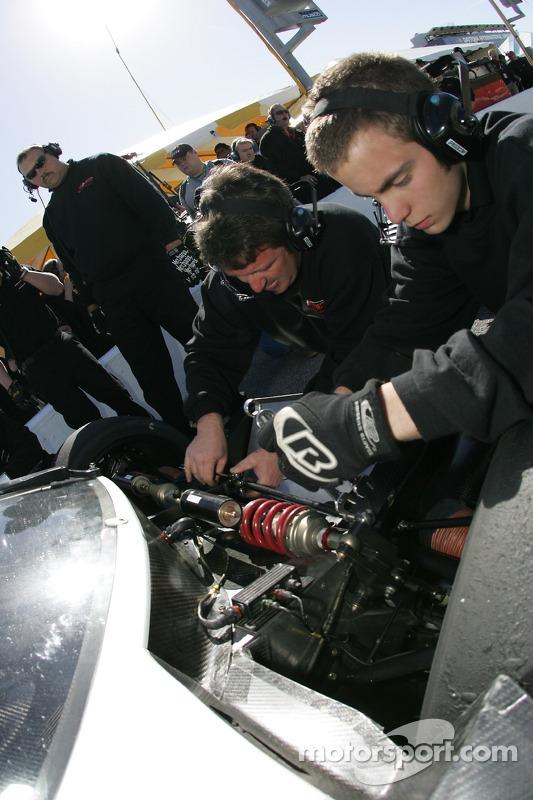 Les membres de l'équipe Howard - Boss Motorsports au travail