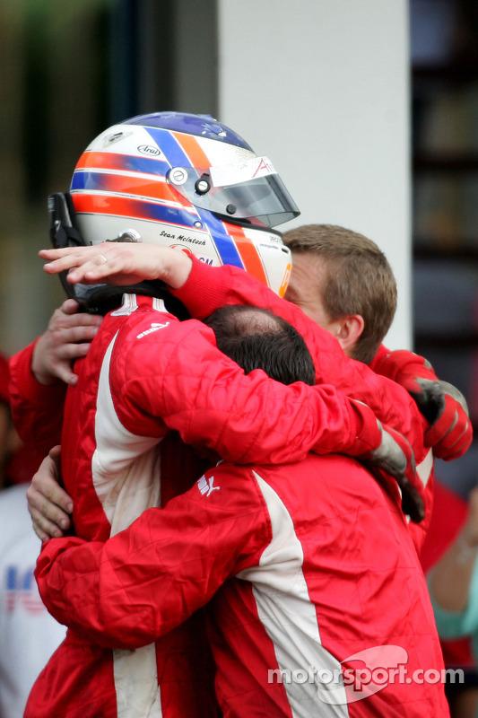 Le vainqueur de la course Sean Macintosh fête sa victoire
