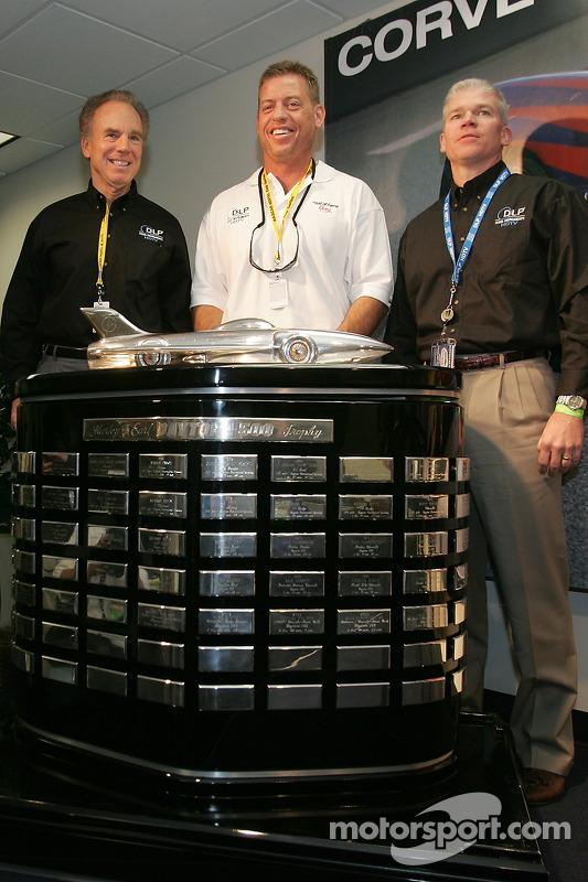 Conférence de presse: Roger Staubach et Troy Aikman posent avec les vainqueurs du trophée Harley F. Earl Daytona 500