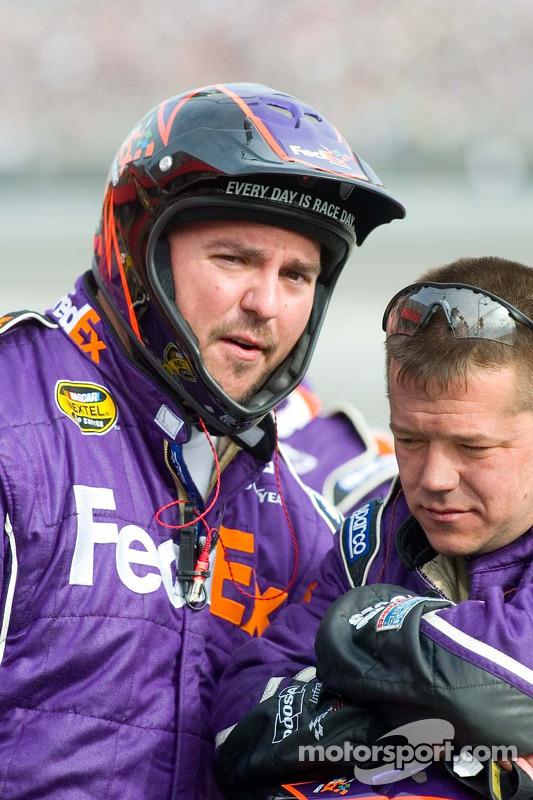 Les membres de l'équipe FedEx pour Denny Hamlin