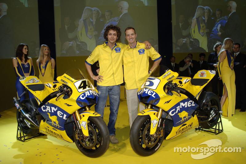 Valentino Rossi und Colin Edwards  mit der 2006 Camel Yamaha M1