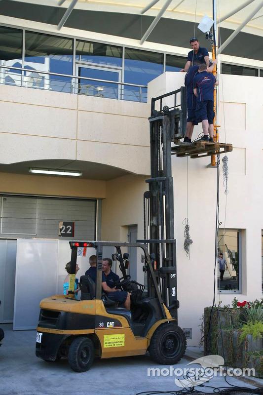 Les membres de l'équipe Red Bull Racing règlent leur radio et leurs données