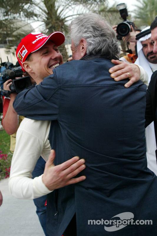 Michael Schumacher fête sa pole position avec Willi Weber