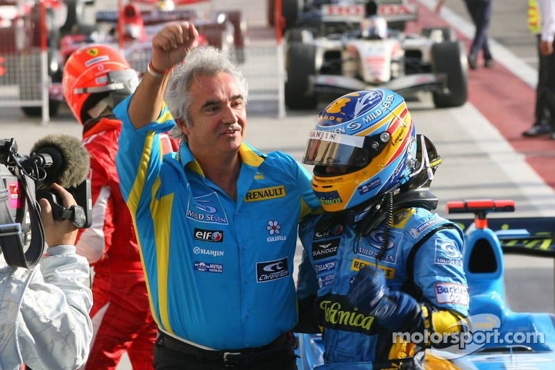 Fernando Alonso celebra con Flavio Briatore
