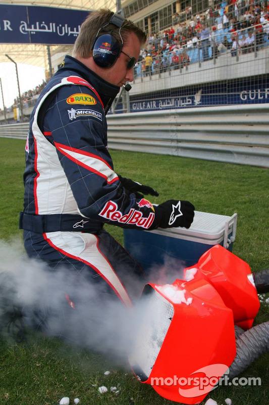 Un membre de l'équipe Red Bull Racing prépare de la glace sèche