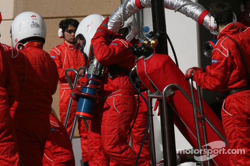 Los miembros del equipo Super Aguri F1 se preparan para una parada en boxes