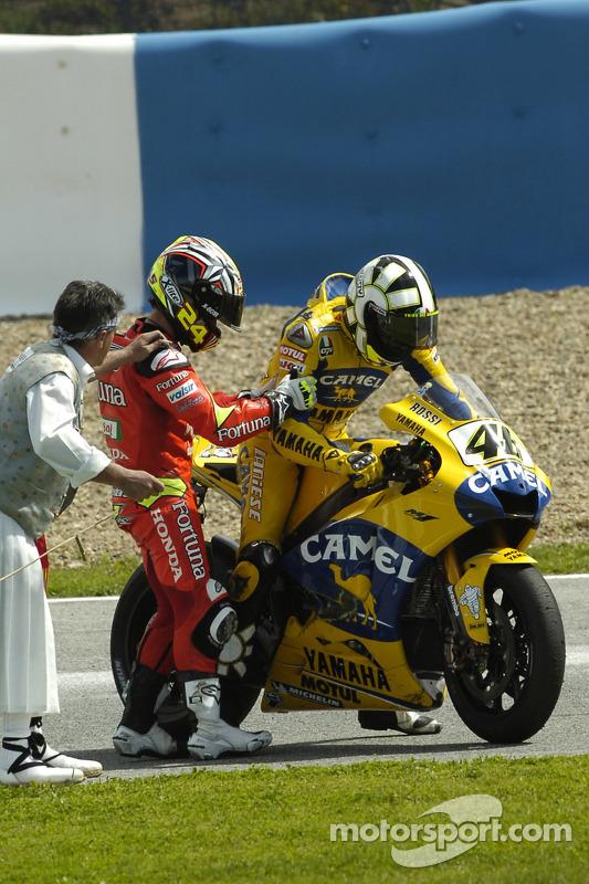 Valentino Rossi et Toni Elias discutent de l'accident en début de course