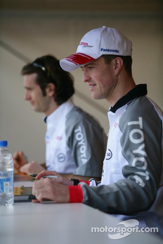 Séance d'autographes pour Ralf Schumacher et Jarno Trulli