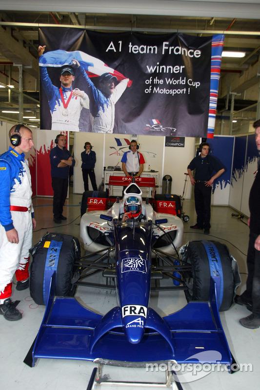 Alexandre Premat de l'équipe de France sous la bannière de champion du monde du garage français