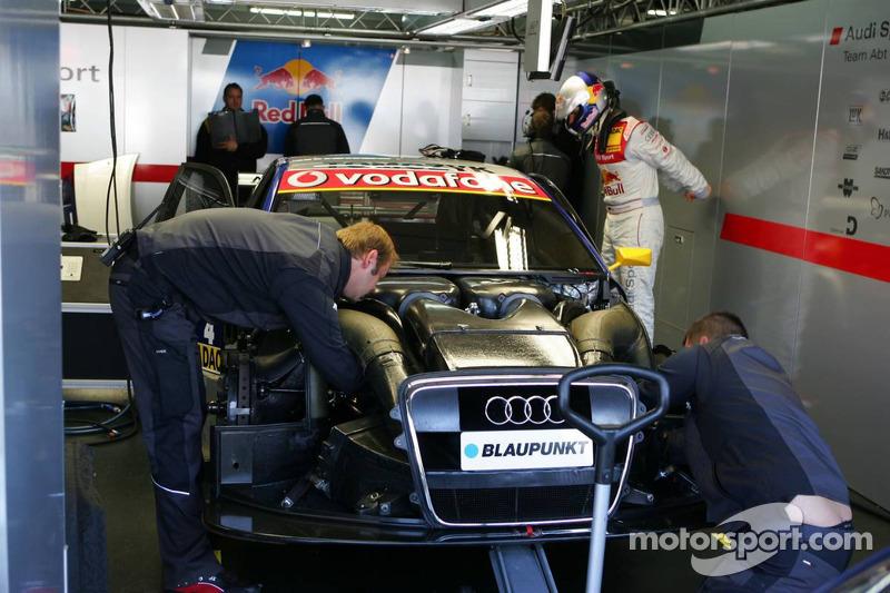 Des mécaniciens Audi travaillent sur la voiture de Martin Tomczyk