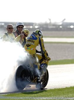 Le vainqueur Valentino Rossi fête sa victoire