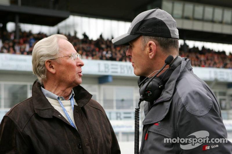 Prof. Jürgen Hubbert, directeur de DaimlerChrysler, parle avec Dr. Wolfgang Ullrich, le chef d'Audi sport