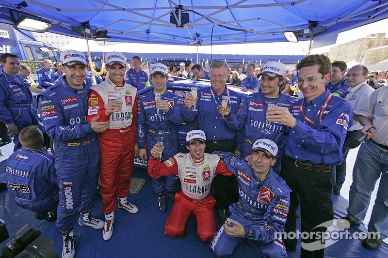 Les vainqueurs Sébastien Loeb et Daniel Elena avec Xavier Pons, Carlos Del Barrio, Daniel Sordo, Marc Marti et les membres de l'équipe Kronos Total Citroën