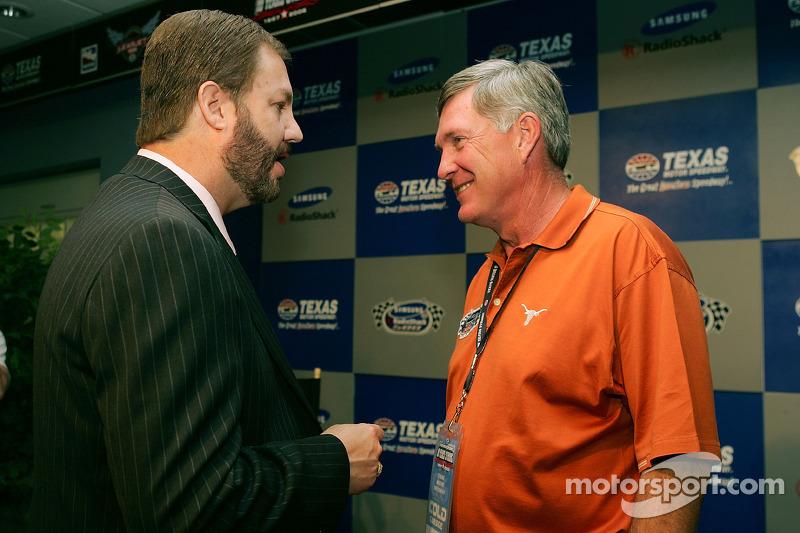Le général manager de Texas Motor Speedway Eddie Gossage et Mack Brown le coach de l'université du Texas en conférence de presse