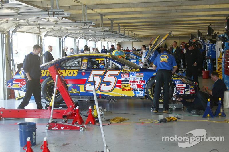 La voiture Michael Waltrip dans le garage
