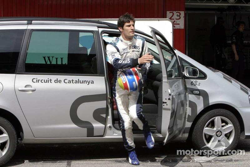 Mark Webber retourne dans les stands après un accident