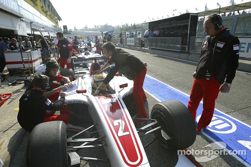 Frédéric Vasseur regarde Lewis Hamilton