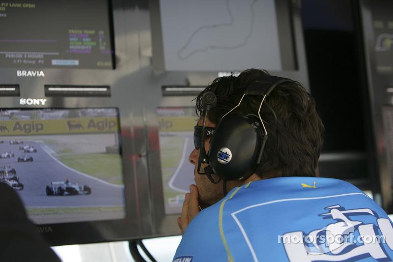 Giancarlo Fisichella regarde son équipe