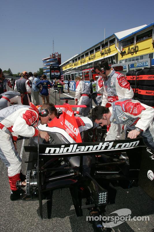 L'équipe Midland F1 Racing sur la grille de départ