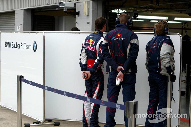 David Coulthard regarde à l'intérieur du garage BMW Sauber F1 Team
