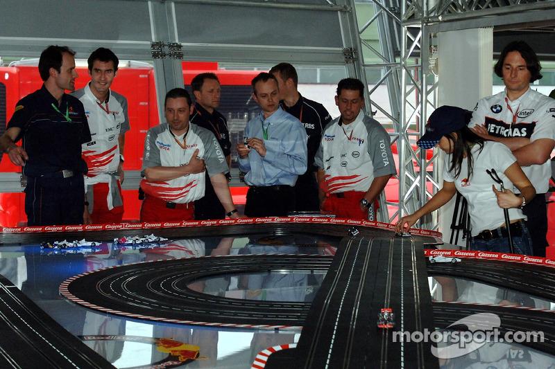 Jeudi refroidi: des visiteurs et des mécaniciens des autres équipes jouent avec des voitures télécommandées