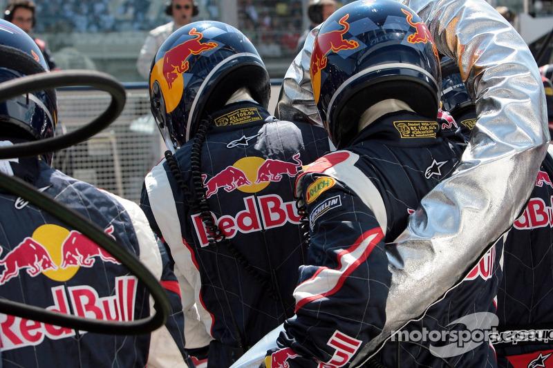 L'équipe des stands Red Bull Racing avec la valve de carburant