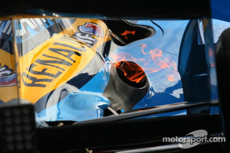 Du feu sort du pot d'échappement de Fernando Alonso, puisqu'il revient aux stands