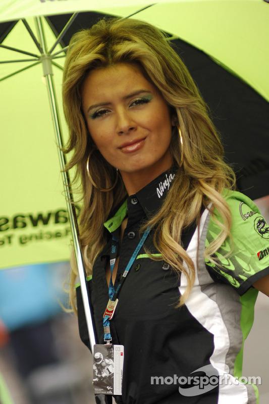 Une charmante jeune femme Kawasaki avec un parapluie