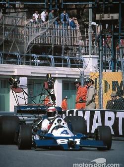 Jackie Stewart conduit la Tyrrell 008
