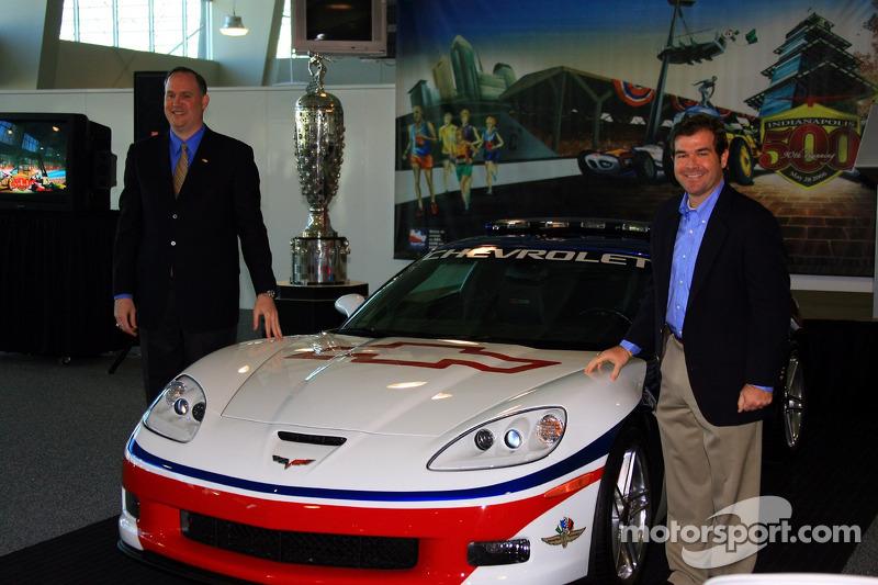 Le manager général de Chevrolet Ed Peper, à gauche, et le président du Indianapolis Motor Speedway Joie Chitwood avec la Chevrolet Corvette Z06 de 2006