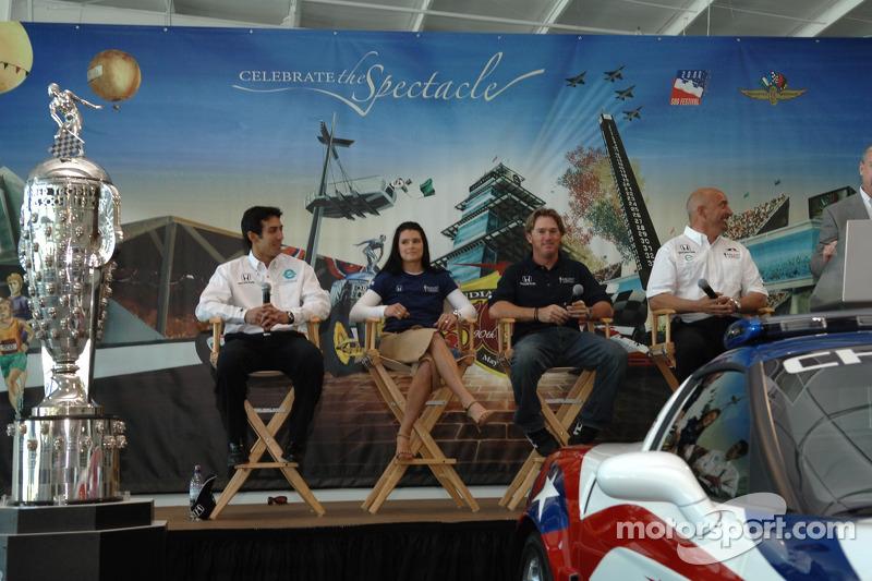 De gauche: Les pilotes de Rahal Letterman Racing Jeff Simmons, Danica Patrick et Buddy Rice, et le co-propriétaire de l'équipe Bobby Rahal
