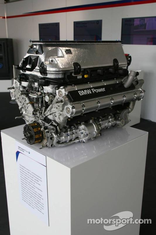 Visite du stand de l'équipe BMW Sauber: moteur