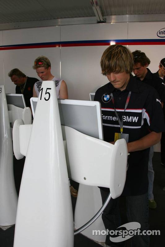 Visite du stand de l'équipe BMW Sauber: les pilotes BMW