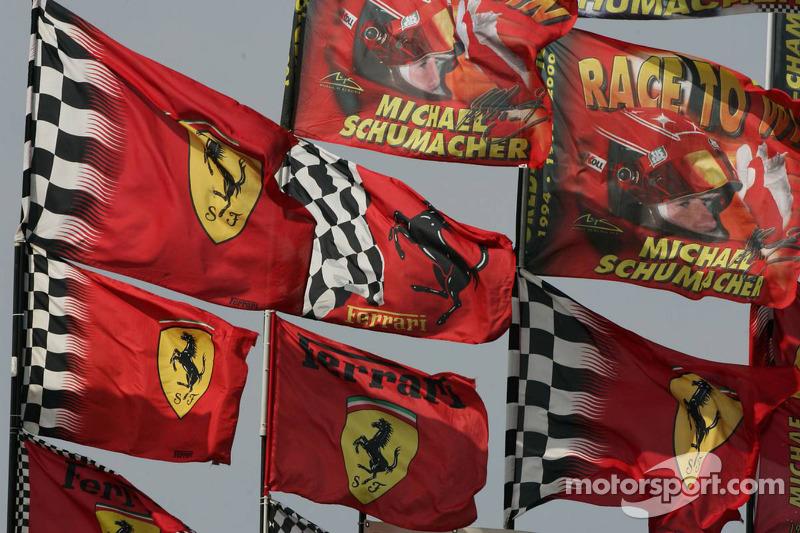 Ferrari et des drapeaux Michael Schumacher