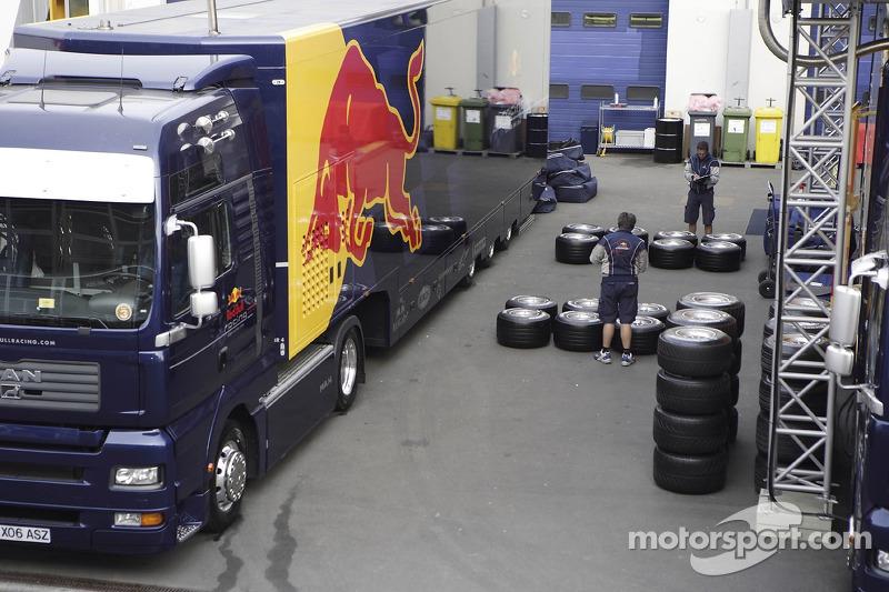 Un camion et des ingénieurs Red Bull vérifient les pneus