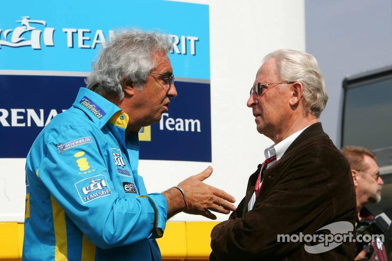 Flavio Briatore discute avec Prof. Jürgen Hubbert de DaimlerChrysler