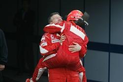 Le vainqueur Michael Schumacher fête sa victoire avec Ross Brawn