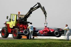 Marshalls move the car of Vitantonio Liuzzi