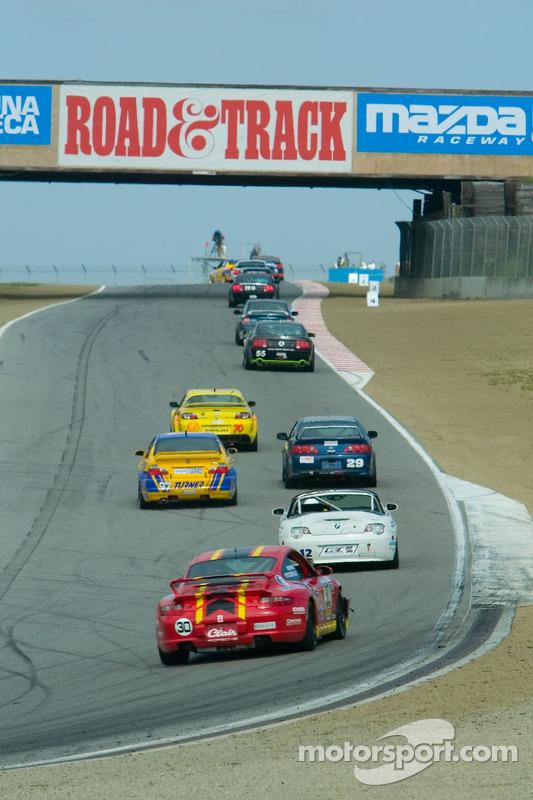 Les voitures grimpent la colline au virage 6