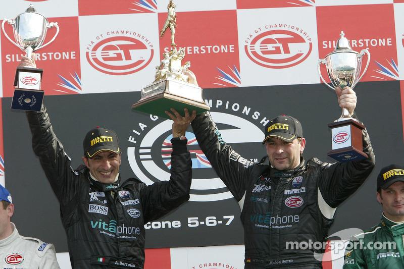Podium GT1: les vainqueurs Andrea Bertolini et Michael Bartels