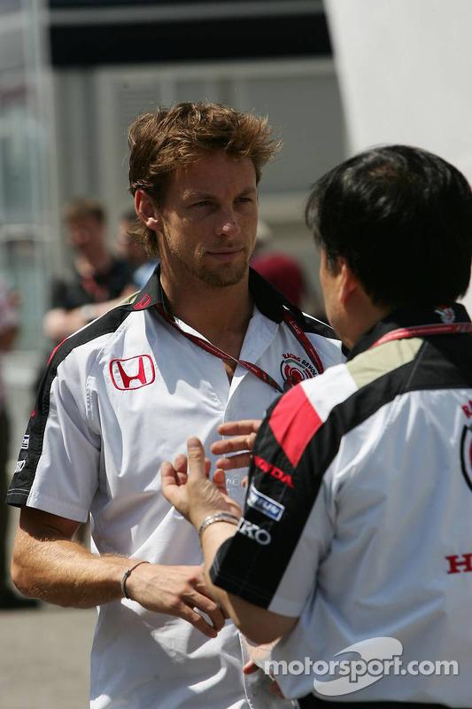 Jenson Button parle avec un ingénieur Honda