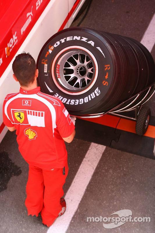Un membre de l'équipe Ferrari avec des pneus Bridgestone