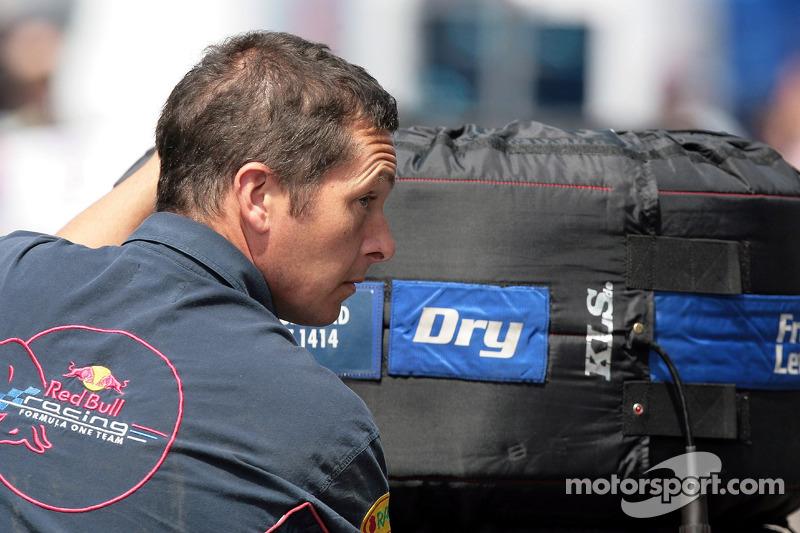 Un membre de l'équipe Red Bull Racing avec un pneu Michelin